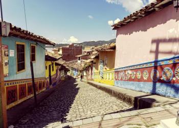 Gemeinsam in der Gruppe streifen wir durch die Altstadt von Bogotá