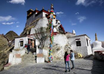 Ein kleines Kloster auf dem tibetischen Hochplateau
