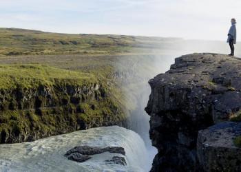 Staunen am Rande des Wasserfalls Gullfoss in Island