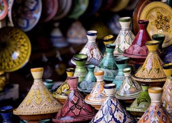 Bunte Tajine auf einem Markt in Marokko