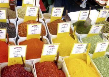 Eine bunte Auswahl an Gewürzen auf dem Markt in Jerusalem