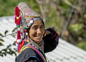Frau in traditioneller thailändischer Kleidung