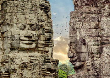 Geheimnisvoll lächelnde Gesichter am Bayon-Tempel in Angkor
