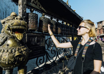 Gebetsmühlen vor einem buddhistischen Tempel