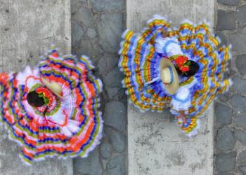 Tänzerinnen in historischer Tracht in Kolumbien