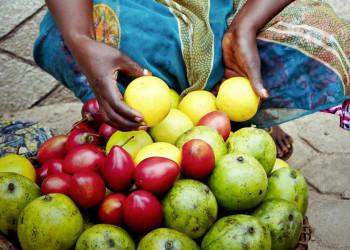 Obstverkäuferin auf einem Markt in Ruanda