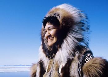 Lächelnde Inuitfrau in der Eislandschaft Alaskas