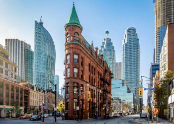 Kanadas Tradition vor Moderne - das Flatiron Building und die Skyline von Toronto