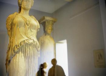 Antike Statuen im Akropolismuseum in Athen
