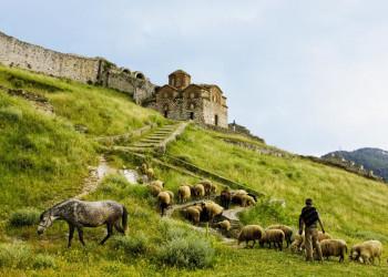 Die Dreifaltigkeitskirche vor der Burgfestung von Berat