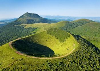 Die sattgrün bewaldeten Auvergne-Vulkane, hinten der Puy de Dome
