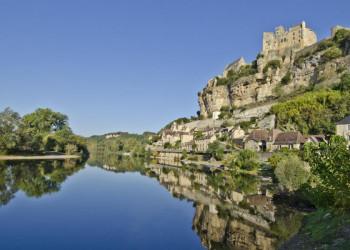Die Burg Beynac am Ufer der Dordogne in Südwestfrankreich