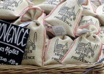 Kräutersäckchen auf einem provenzalischen Markt