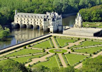 Schloss Chenonceau am und über dem Fluss Cher