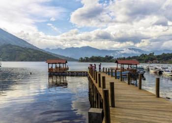 Blick auf den Atitlánsee in Guatemala