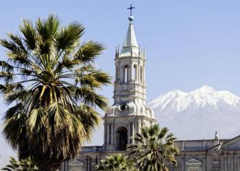 Blick auf die Kathedrale von Arequipa und den Vulkan Misti