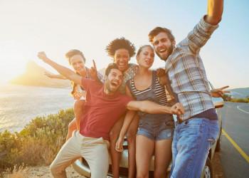 Gemeinsam Spaß in der Gruppe unter der Sonne des Südens