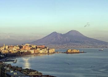 Der Vesuv thront mächtig oberhalb des Golfs von Neapel