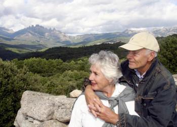 Seniorenpaar vor Bergpanorama