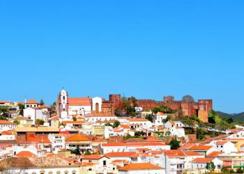 Blick auf Silves mit Kathedrale und Burg