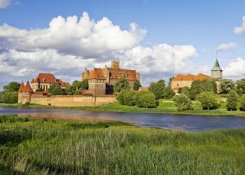 Die stolze Marienburg am Ufer der Nogat