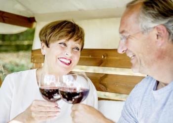 Paar mit Rotweingläsern