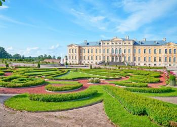Im Park von Schloss Rundale in Lettland
