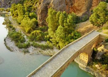 Romantisch: steinerne Brücke in der Provinz Aragón
