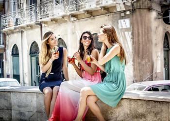 Frauen auf Sardinien im Gespräch