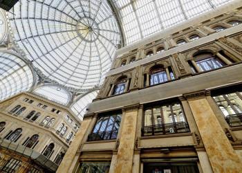 Die majestätische Glaskuppel der Galleria Umberto I in Neapel