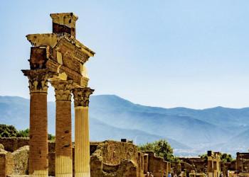 Reste eines ausgegrabenen Tempels in Pompeji