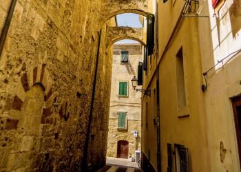 Gasse in der Altstadt von Alghero