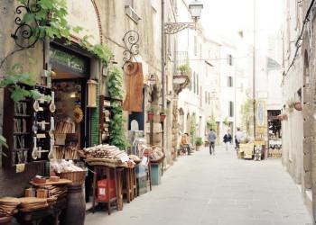 Eine der vielen pittoresken Altstadtgassen in Pitigliano