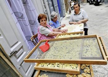 Pastaherstellung in Handarbeit in Bari, Italien