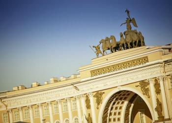 Siegessymbole am Stadtparlamentsgebäude von St. Petersburg