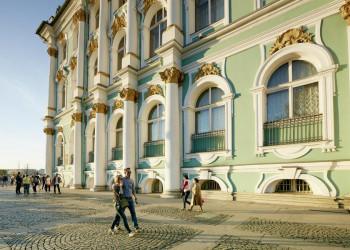 Ein Spaziergang vor dem Winterpalast in St. Petersburg