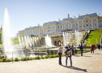 Die berühmten Kaskaden vor Schloss Peterhof