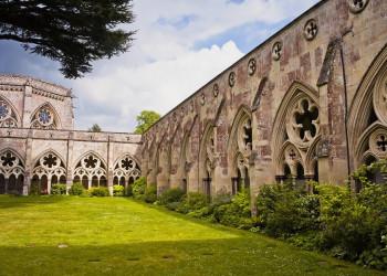 Der Kreuzgang von Salisbury Cathedral mit dem Kapitelhaus