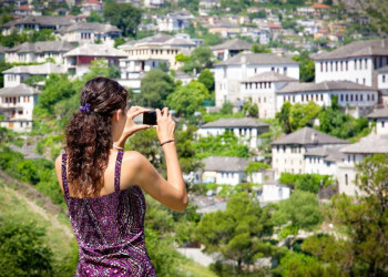Panoramablick auf die Häuser in der Altstadt von Girokastra in den albanischen Bergen
