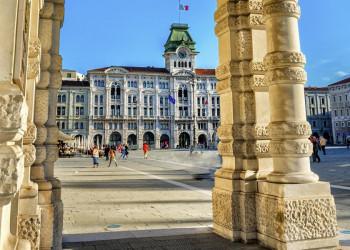 Auf der Piazza Unita in Triest, Oberitalien