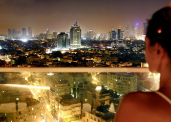 Tel Aviv in nächtlicher Beleuchtung