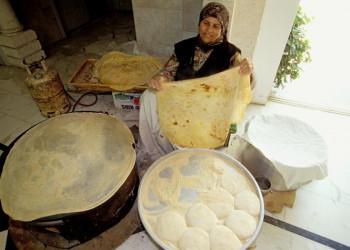 Frau beim Brotbacken in Jordanien