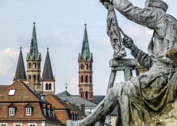 Domtürme und Grünewald-Denkmal in Würzburg