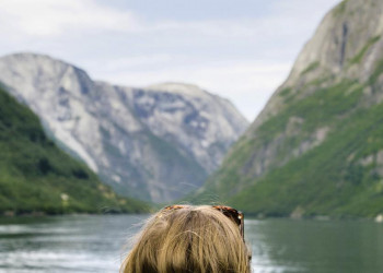 Wir mittendrin im Fjordland, die Felsen ragen steil empor