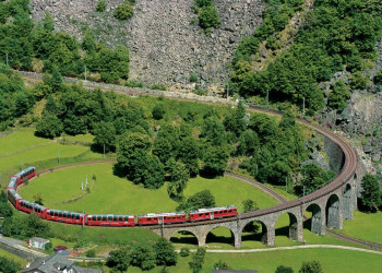 Der Bernina Express in den Schweizer Alpen