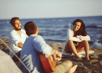 Spaß in der Gruppe am Azoren-Strand