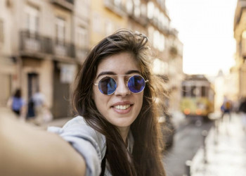 Selfie mit Uralt-Straßenbahn in Lissabons Altstadt