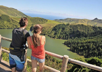 Kraterpanorama vor Meereskulisse auf den Azoren